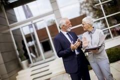Starszy ludzie biznesu opowiada outdoors i dyskutuje documen zdjęcia royalty free