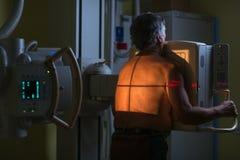Starszy męski pacjent przechodzi Radiologicznego egzamin w nowożytnym szpitalu zdjęcia stock
