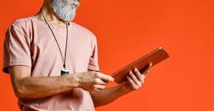 Starszy mężczyźni używa cyfrową pastylkę obraz royalty free