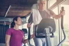 Starszy mężczyzna ćwiczy na stacjonarnych rowerach Fotografia Royalty Free