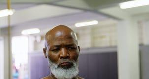 Starszy mężczyzna ćwiczy z barbell ciężarem 4k zbiory wideo