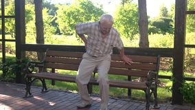 Starszy mężczyzna backache zdjęcie wideo