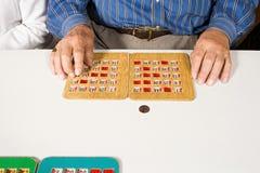 Starszy mężczyzna bawić się bingo zdjęcia stock