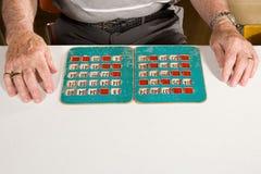 Starszy mężczyzna bawić się bingo zdjęcie royalty free