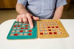 Starszy mężczyzna bawić się bingo obrazy stock