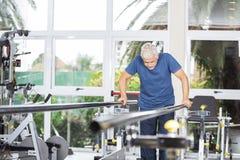 Starszy mężczyzna Bierze poparcie bary Przy Rehab centrum Obrazy Stock