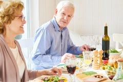 Starszy mężczyzna Cieszy się Rodzinnego gościa restauracji Zdjęcie Royalty Free