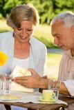 Starszy mężczyzna daje teraźniejszości jego żona Obraz Stock