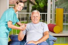 Starszy mężczyzna dostaje fizjoterapię Zdjęcia Stock