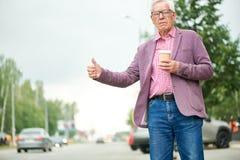 Starszy mężczyzna Dzwoni taksówkę fotografia stock
