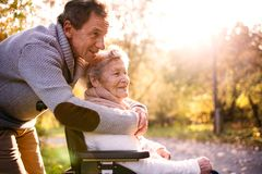Starszy mężczyzna i kobieta w wózku inwalidzkim w jesieni naturze Obrazy Stock