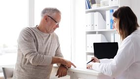 Starszy mężczyzna i lekarki spotkanie przy szpitalem 61 zdjęcie wideo