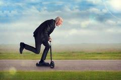 Starszy mężczyzna jedzie hulajnoga obrazy stock
