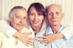 Starszy mężczyzna, kobieta z ich opiekunem w domu. Fotografia Stock