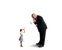 Starszy mężczyzna krzyczy przy małym bizneswomanem Zdjęcie Royalty Free