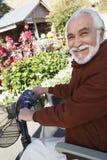 Starszy mężczyzna Na Motorowej hulajnoga Przy ogródem botanicznym fotografia stock