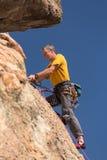 Starszy mężczyzna na szczyciefal tg0 0n w tym stadium rockowej wspinaczki w Kolorado Zdjęcie Stock