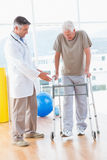 Starszy mężczyzna na zimmer ramie z terapeuta Obrazy Royalty Free