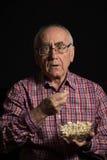 Starszy mężczyzna ogląda tv Fotografia Royalty Free