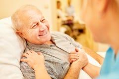 Starszy mężczyzna ono dba dla pielęgnacja asystenta zdjęcia stock