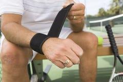 Starszy mężczyzna ono Przygotowywa Bawić się tenisa Obrazy Royalty Free