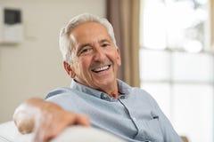 Starszy mężczyzna ono uśmiecha się w domu zdjęcia royalty free