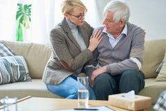 Starszy mężczyzna Opowiada psycholog w sesi Obraz Royalty Free