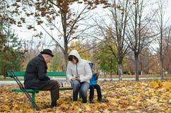 Starszy mężczyzna planuje jego następnego szachowego ruchu obsiadanie w parkowym banch zdjęcia royalty free
