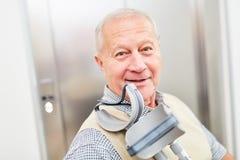 Starszy mężczyzna po uderzenia z szczudłami zdjęcie stock