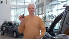 Starszy mężczyzna pokazuje kciuk up przy przedstawicielstwem handlowym zbiory