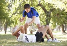 Starszy mężczyzna Pracuje Z Osobistym trenerem W parku Zdjęcia Royalty Free