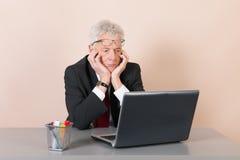 Starszy mężczyzna przy biurem Zdjęcie Royalty Free