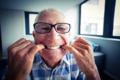 Starszy mężczyzna robi śmiesznej twarzy Fotografia Royalty Free