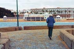 Starszy mężczyzna robi bieg wzdłuż nabrzeża Obrazy Stock