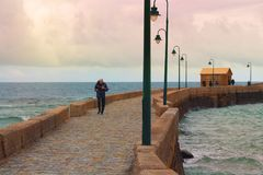 Starszy mężczyzna robi bieg wzdłuż nabrzeża Fotografia Stock