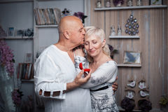 Starszy mężczyzna robi propozyci stara kobieta; Obraz Stock