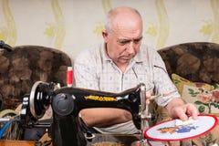 Starszy mężczyzna Sprawdza Igielnych punktów ściegi zdjęcia royalty free