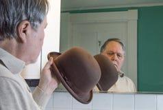Starszy mężczyzna sprawdza jego brown Derby w łazienki lustrze obrazy royalty free