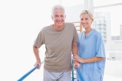Starszy mężczyzna terapeuta ono uśmiecha się przy kamerą Fotografia Stock