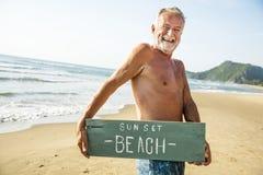 Starszy mężczyzna trzyma signboard przy plażą obrazy royalty free