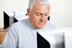Starszy mężczyzna Używa komputer W sala lekcyjnej zdjęcia stock