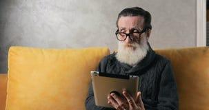 Starszy mężczyzna używa pastylkę zbiory wideo