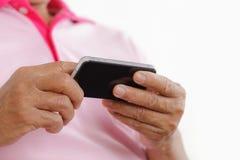Starszy mężczyzna używa telefon Obraz Stock