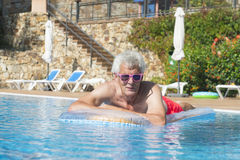 Starszy mężczyzna unosi się na wodzie Zdjęcie Stock