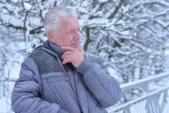 Starszy mężczyzna w śnieżnej zimie obrazy stock