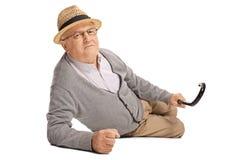 Starszy mężczyzna w bólu na podłodze fotografia royalty free
