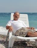 Starszy mężczyzna w bryczka holu przeciw morzu obrazy royalty free