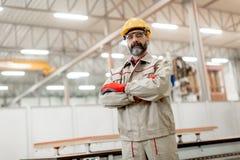 Starszy mężczyzna w fabryce obrazy royalty free