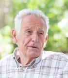 Starszy mężczyzna w parku zdjęcie royalty free