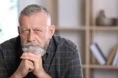 Starszy mężczyzna w stanie depresja fotografia stock